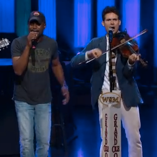 "Old Crow Medicine Show & Darius Rucker Perform ""Wagon Wheel"""