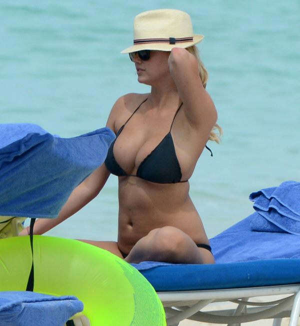 Exclusive - Cameron Diaz, Kate Upton & Leslie Mann Show Off Their Bikinis In The Bahamas